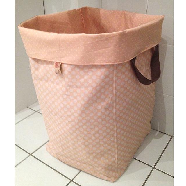 Réalisez votre sac à linge réversible, parfait pour assortir au style de la salle de bain !  Customisez le à votre guise en choisissant le tissu, à motif, uni, ou dans une matière différente...